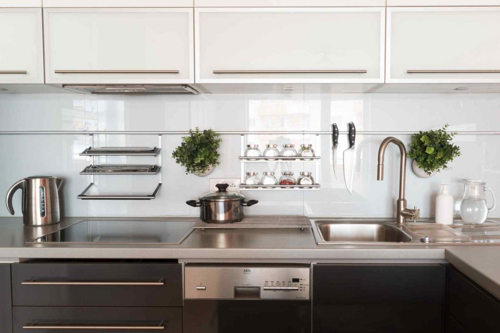 Everything That You Need To Know About Glass Backsplash For Your Kitchen 1